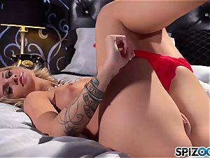 warm babe Jessa Rhodes uses her faux-cock