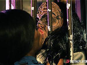 Alien prisoner demolishes Kiki Minaj's bootie