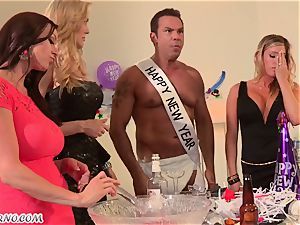 Luxury mature housewives Kendra fervor and Samantha Saint have intercourse sans boys